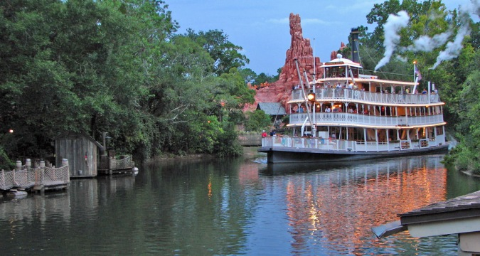 frontierland-riverboat-thunder-mountain